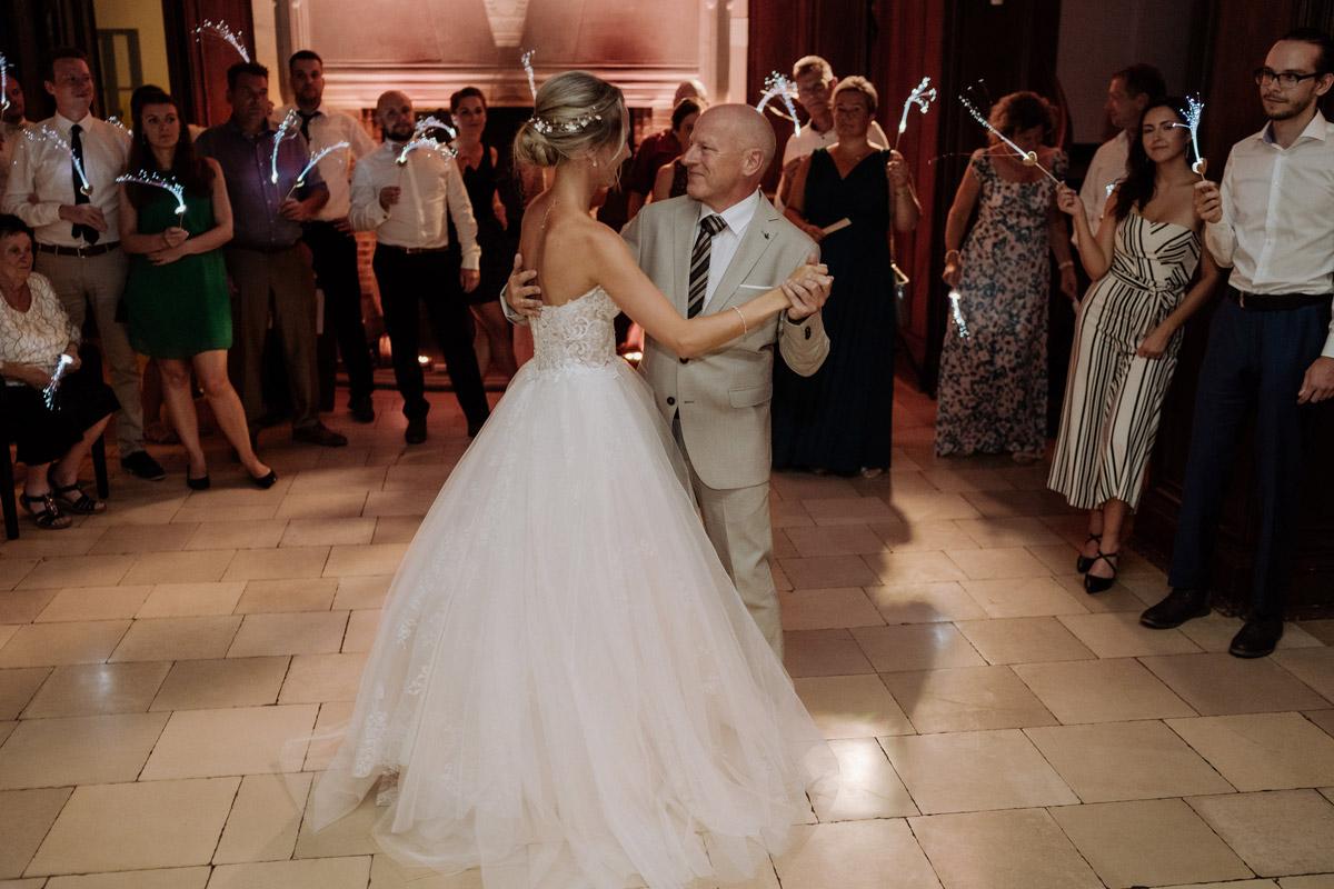 Hochzeitsfotografie Braut Vater Tanz - Hochzeit Shooting Ideen von vintage Hochzeitsfotograf Berlin © www.hochzeitslicht.de #hochzeitslicht auf Schloss Kartzow
