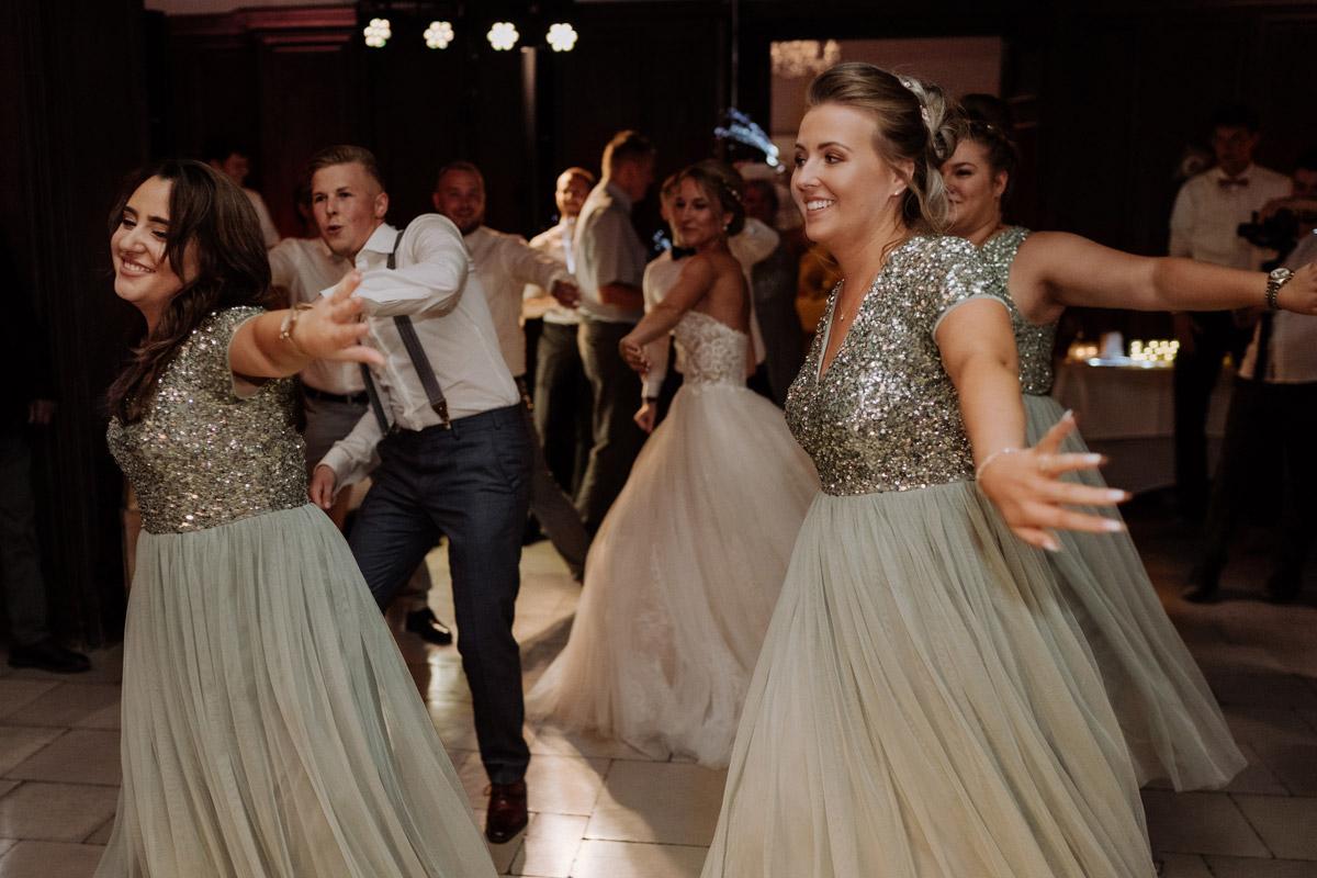 Hochzeitsreportagefoto Gruppentanz Hochzeitsfeier - Hochzeit Shooting Ideen von vintage Hochzeitsfotograf Berlin © www.hochzeitslicht.de #hochzeitslicht auf Schloss Kartzow