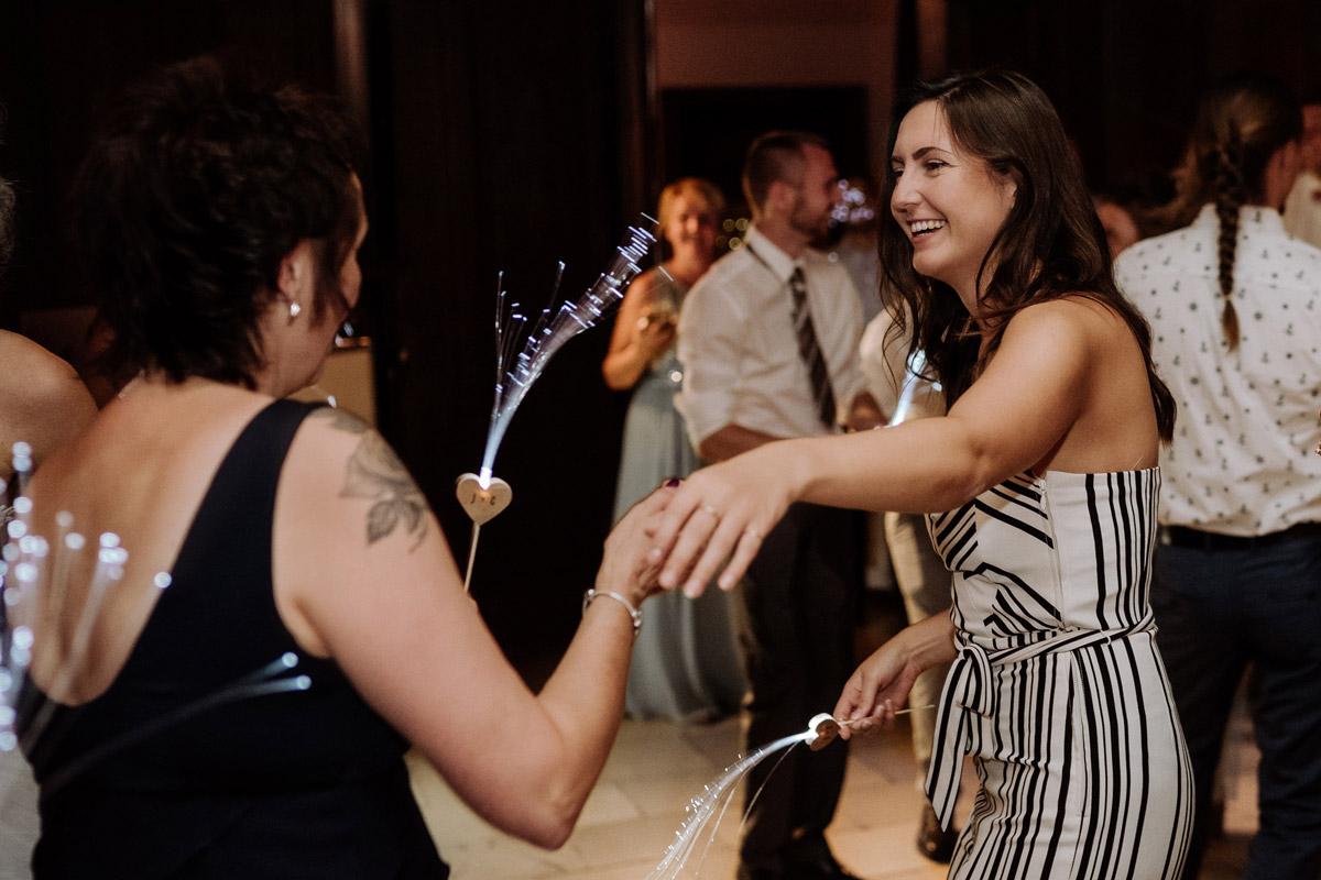 Hochzeitsfotos Hochzeitsparty am Abend Schloss Kartzow - Hochzeit Shooting Ideen von vintage Hochzeitsfotograf Berlin © www.hochzeitslicht.de #hochzeitslicht auf Schloss Kartzow