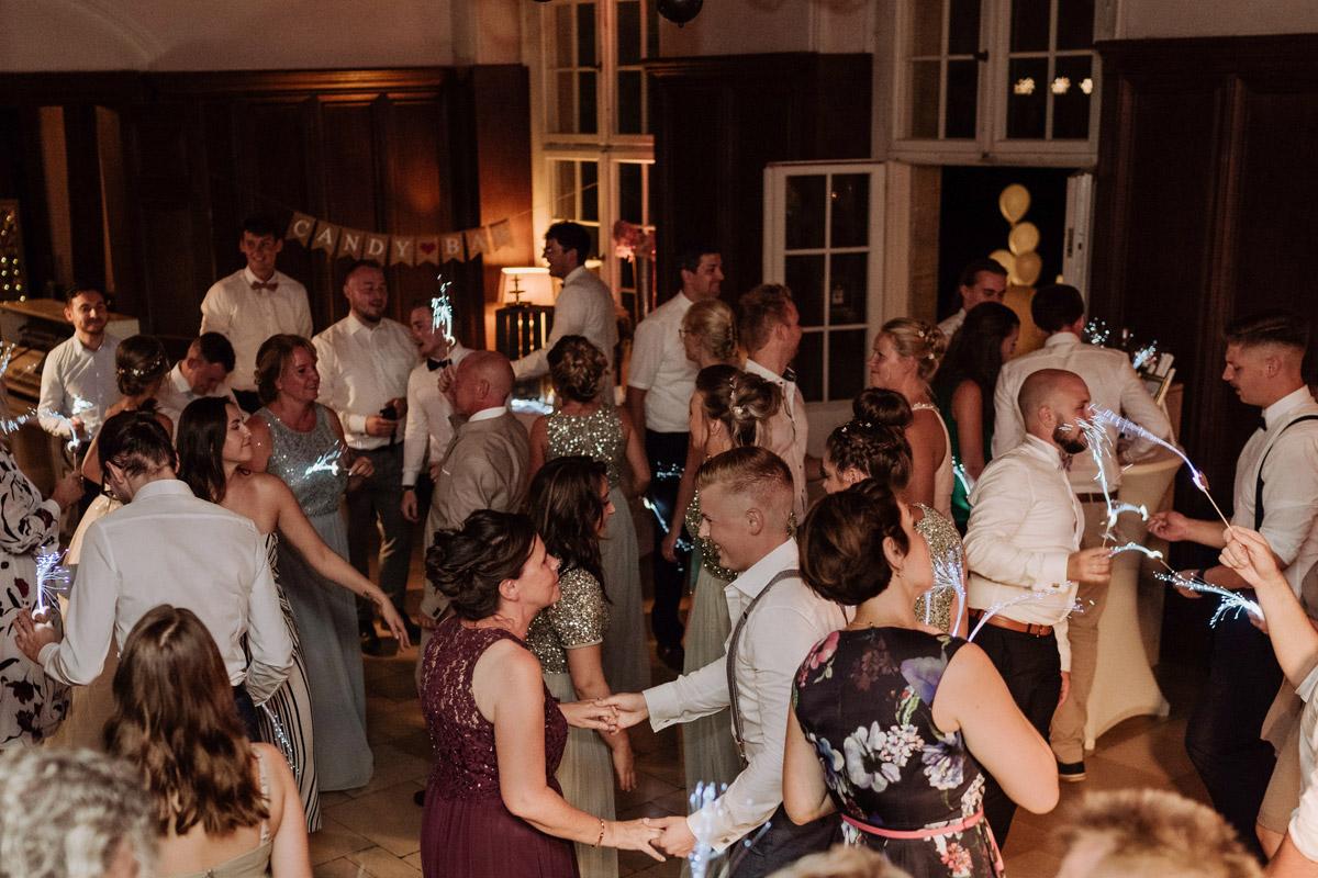 Fotos Hochzeitsparty tanzende Gäste - Hochzeit Shooting Ideen von vintage Hochzeitsfotograf Berlin © www.hochzeitslicht.de #hochzeitslicht auf Schloss Kartzow