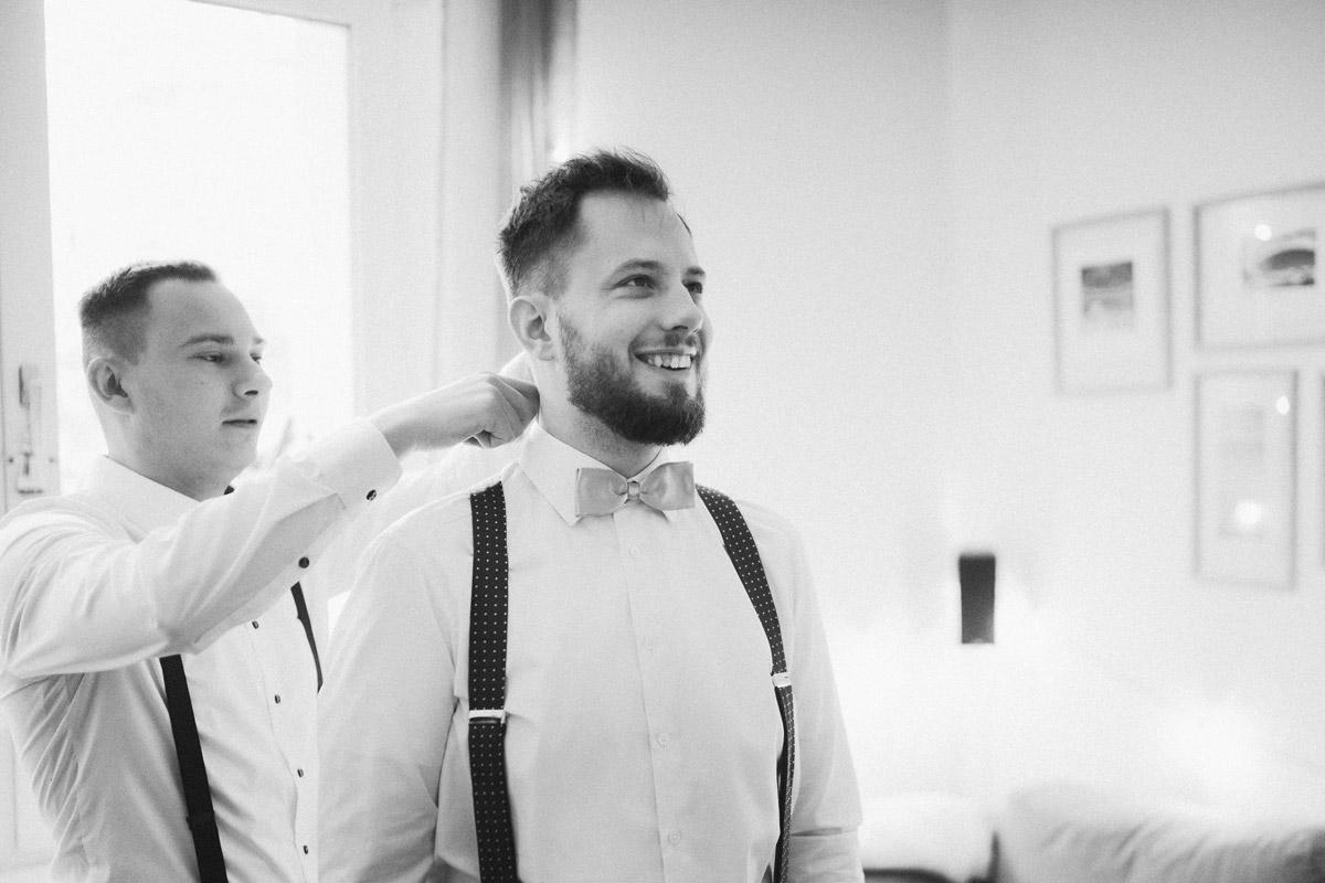 Idee Fotoshooting Vorbereitungen Bräutigam mit Trauzeuge - Standesamt Corona Hochzeit in Brandenburg mit Hochzeitsfilm von Hochzeitsvideograf Berlin in Bekemühle in Dannenwalde © www.hochzeitslicht.de #hochzeitslicht