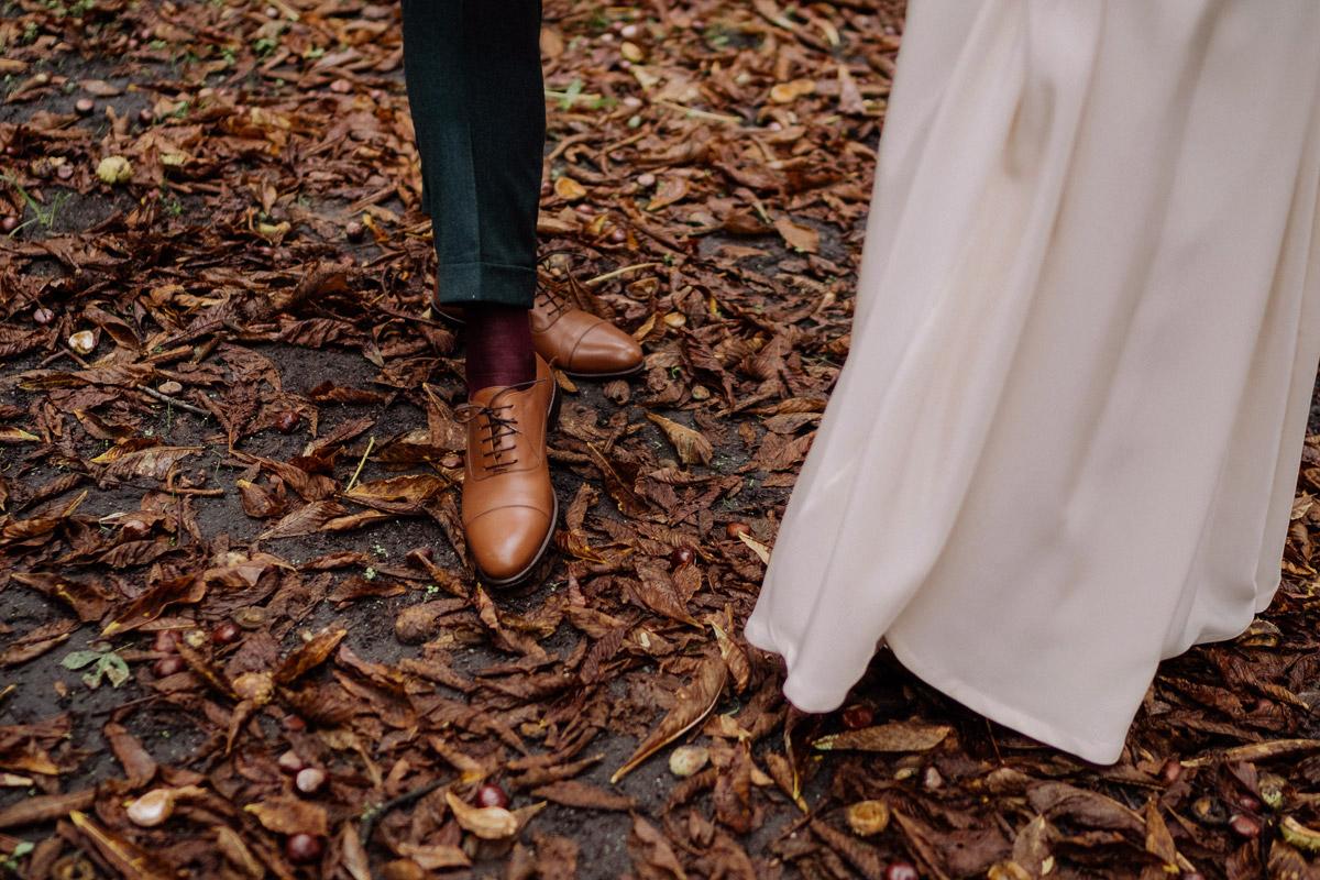 Brautpaarfoto kreativ Herbsthochzeit - Standesamt Corona Hochzeit in Brandenburg mit Hochzeitsfilm von Hochzeitsvideograf Berlin in Bekemühle in Dannenwalde © www.hochzeitslicht.de #hochzeitslicht