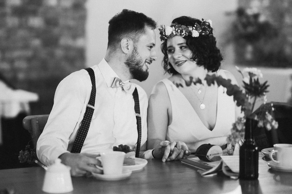ungestellte Hochzeitsfotos Brautpaar Hochzeitsfeier - Standesamt Corona Hochzeit in Brandenburg mit Hochzeitsfilm von Hochzeitsvideograf Berlin in Bekemühle in Dannenwalde © www.hochzeitslicht.de #hochzeitslicht