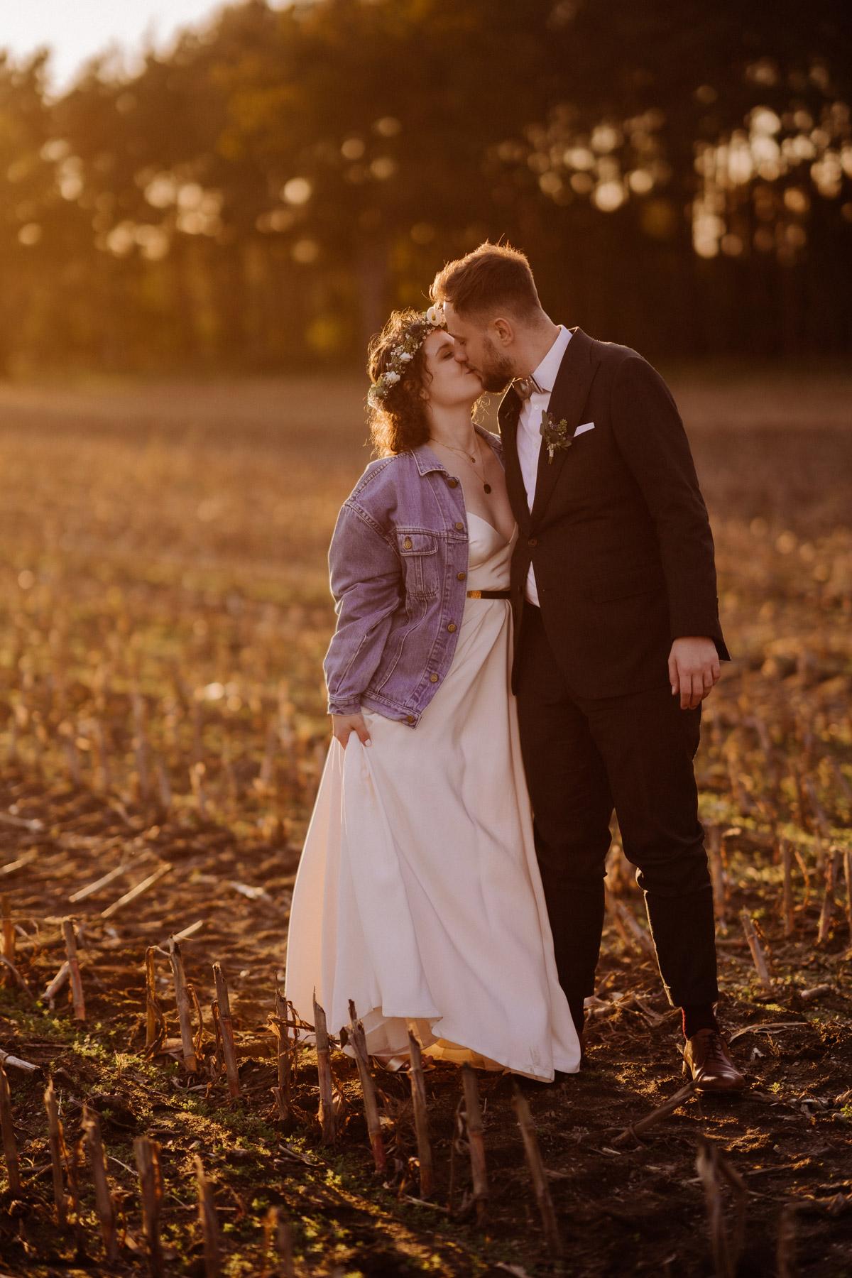 Hochzeitspaar Shooting Sonnenuntergang Feld #Hochzeitsfoto Tipp: küsst euch im Gehen für natürliche Hochzeitsbilder von Hochzeitsfotograf Berlin © www.hochzeitslicht.de #hochzeitslicht #Brautpaarshooting #Hochzeitsfotos