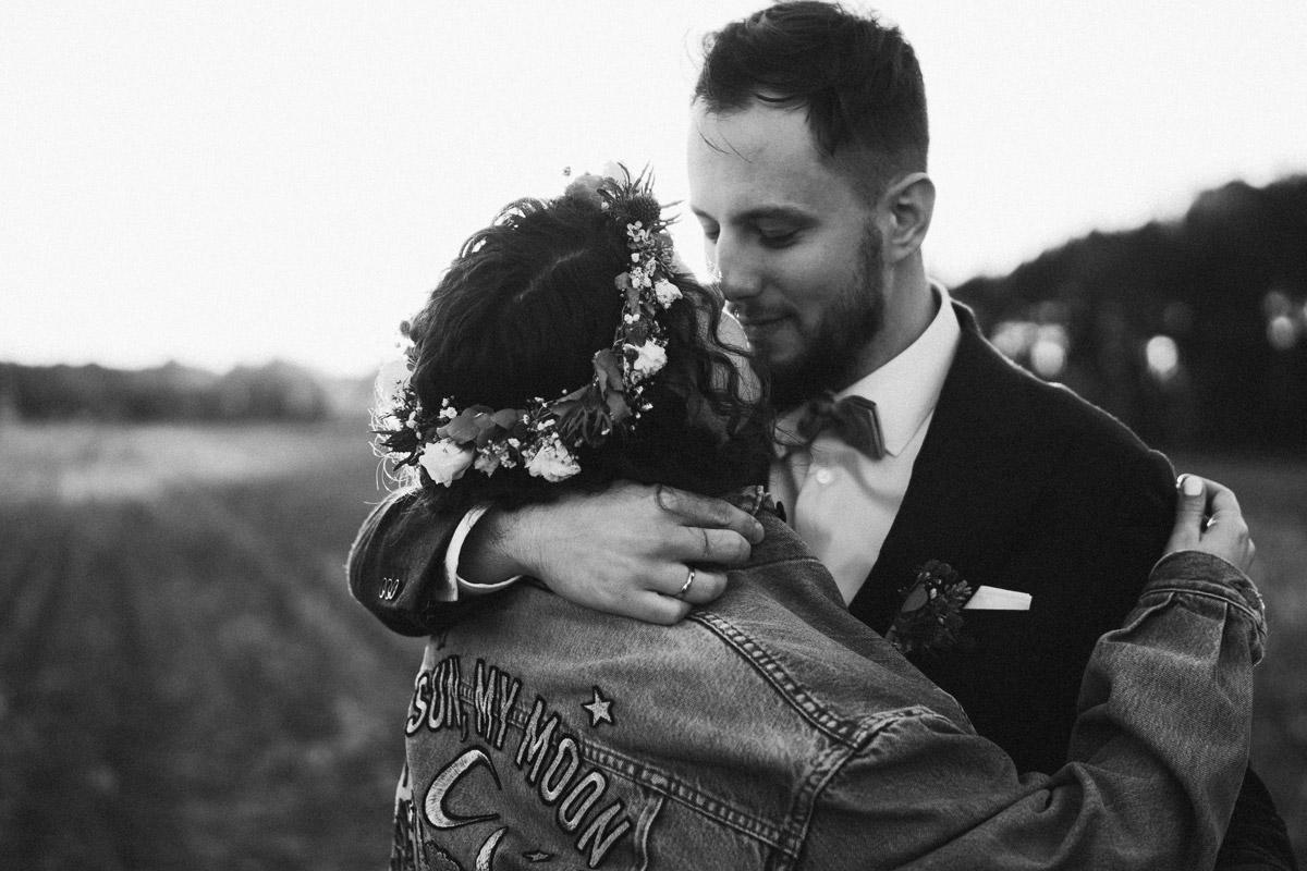 Idee Pose Fotoshooting Brautpaar Umarmung - Standesamt Corona Hochzeit in Brandenburg mit Hochzeitsfilm von Hochzeitsvideograf Berlin in Bekemühle in Dannenwalde © www.hochzeitslicht.de #hochzeitslicht