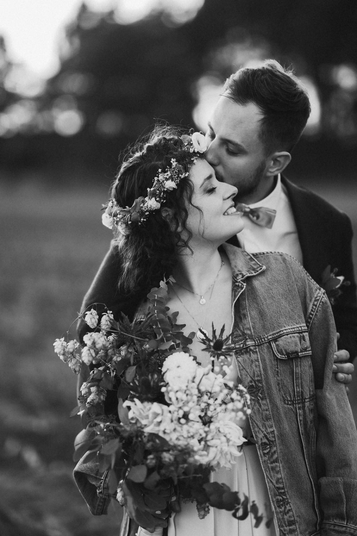 Brautpaarshooting Idee, Hochzeitsfotos in Schwarz Weiß, Hochzeitspaarfotos, moderne Hochzeitsportraits, Braut in Jeansjacke © www.hochzeitslicht.de #hochzeitslicht #paarfotoshooting #hochzeitsfoto