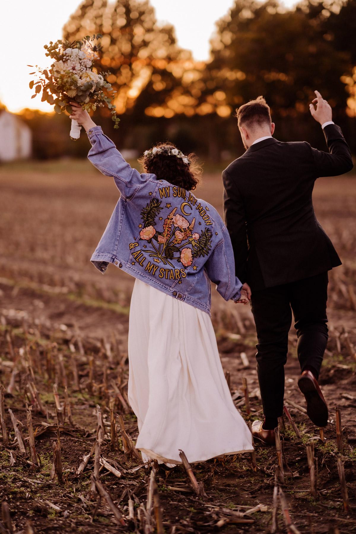 Brautpaarfoto-Shooting Idee in Natur zum Sonnenuntergang von hinten für natürliche Hochzeitspaar Bilder, modernes Hochzeitsshooting © www.hochzeitslicht.de #hochzeitslicht #Brautpaarshooting #Hochzeitsfotos #Hochzeitspaarfotos