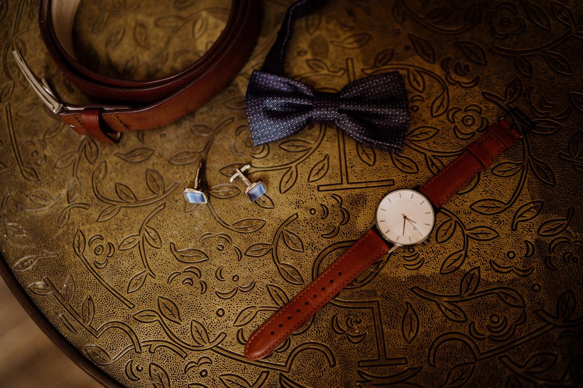 Idee Hochzeitsfoto Accessoires Bräutigam Ankleiden - Corona Hochzeit im von Greifswald von Hochzeitsfotograf und Hochzeitsvideograf Berlin © www.hochzeitslicht.de #hochzeitslicht