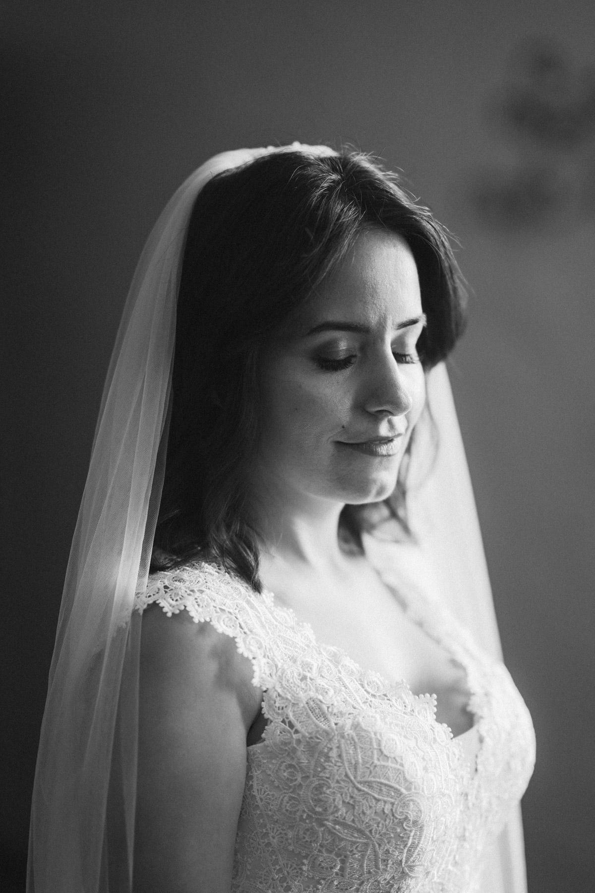 Braut mit offenem kurzem Haar und langem Schleier: Du suchst Inspiration für deine #Brautfrisur oder dein natürliches #BrautMake-up - schau im Blog von #hochzeitslicht den Berliner Hochzeitsfotografen und Hochzeitsvideografen-Team © www.hochzeitslicht.de #braut