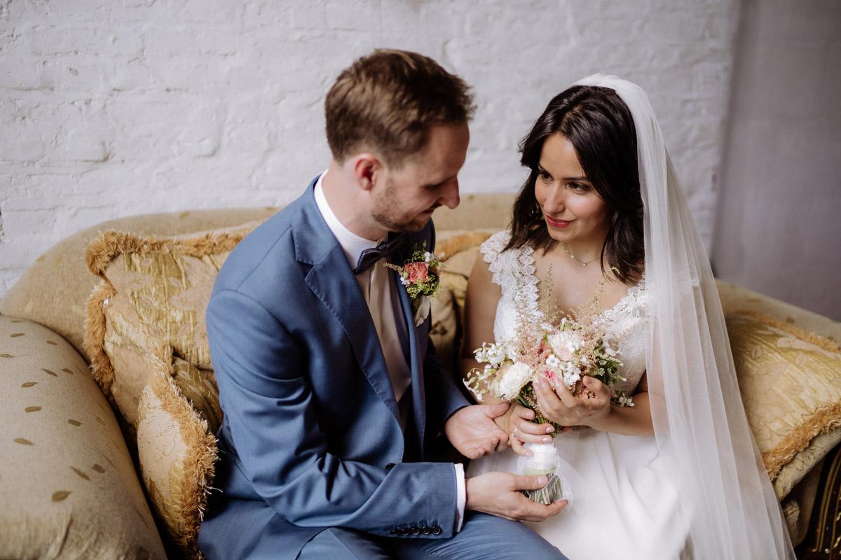 Fotoshooting Brautpaar Idee Pose sitzen Sofa - Corona Hochzeit im von Greifswald von Hochzeitsfotograf und Hochzeitsvideograf Berlin © www.hochzeitslicht.de #hochzeitslicht