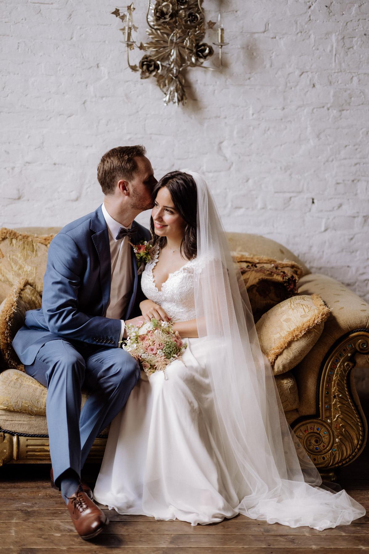 Coole Hochzeitsfotos: Setzt euch als Brautpaar während des Hochzeitsshooting hin so wie hier auf ein Sofa oder sucht eine Bank oder einen Stuhl. Ihr werdet viel entspannter sein! Mehr #hochzeitstipps im Blog von #hochzeitslicht Hochzeitsfotograf Berlin © www.hochzeitslicht.de