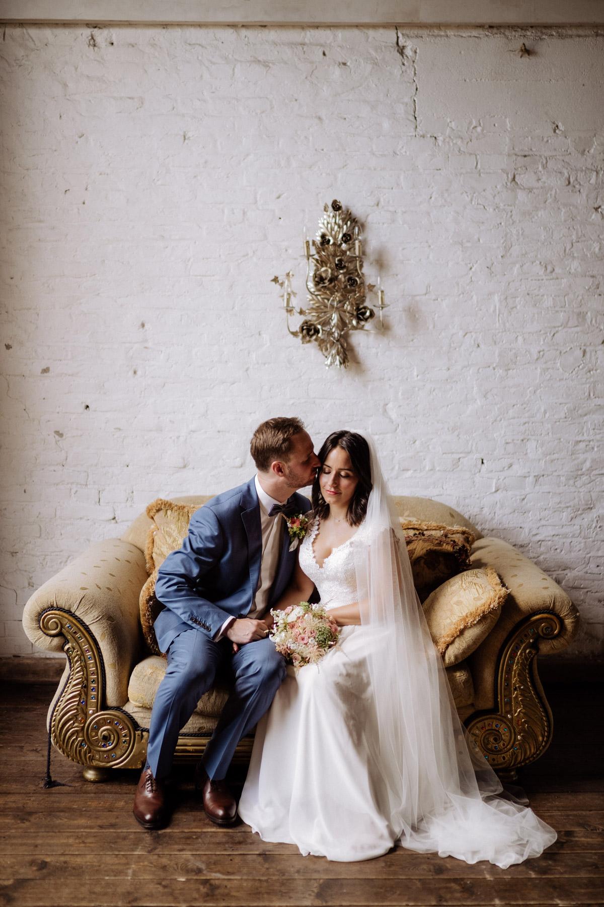 Hochzeitsfoto Idee und Tipp: Sitzt im Hochzeitsshooting für entspannte Posen und Gesichter. Eine Bank oder so wie hier eine stylische Couch sind ideal. Im Blog von #hochzeitslicht mehr #hochzeitstipps von Hochzeitsfotografen aus Berlin © www.hochzeitslicht.de