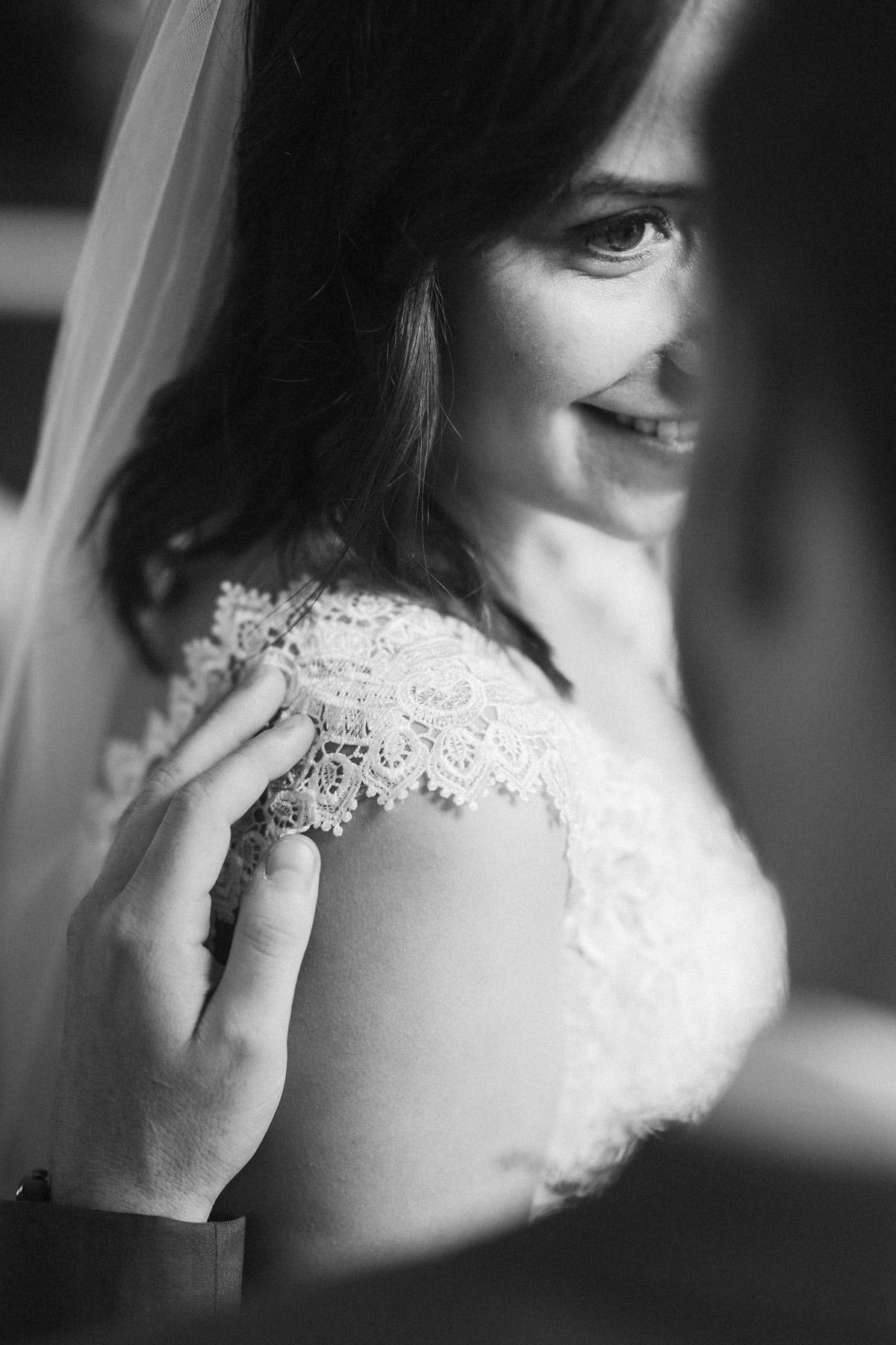 Brautportrait: natürliches Braut Make up und offene Haare mit langem Schleier #beautyrealbride verliebter Braut Blick - Hochzeitsfotos und Hochzeitsvideos aus Berlin © www.hochzeitslicht.de #hochzeitslicht