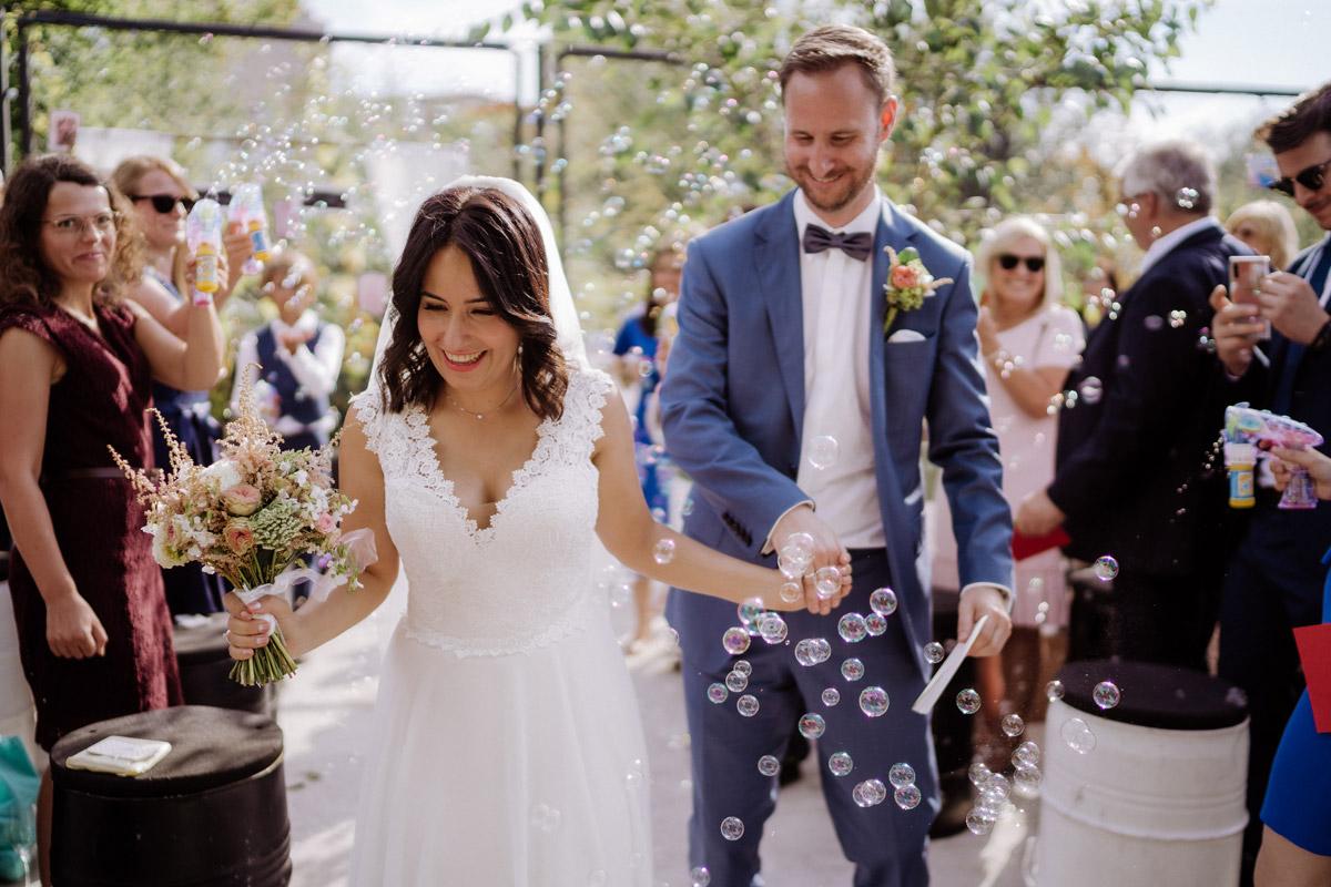 Idee Auszug Brautpaar Freie Trauung Seifenblasen - Corona Hochzeit im von Greifswald von Hochzeitsfotograf und Hochzeitsvideograf Berlin © www.hochzeitslicht.de #hochzeitslicht