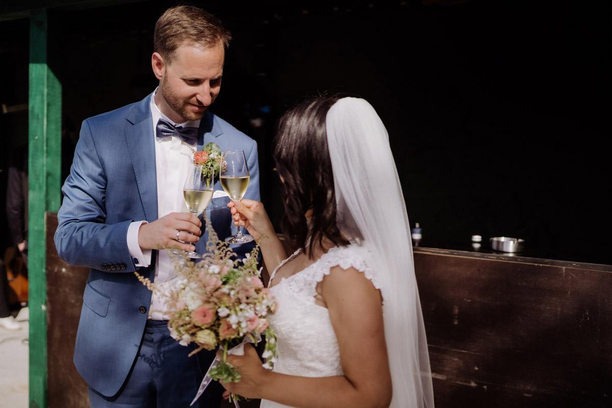 Sektempfang Corona Hochzeit im von Greifswald von Hochzeitsfotograf und Hochzeitsvideograf Berlin © www.hochzeitslicht.de #hochzeitslicht