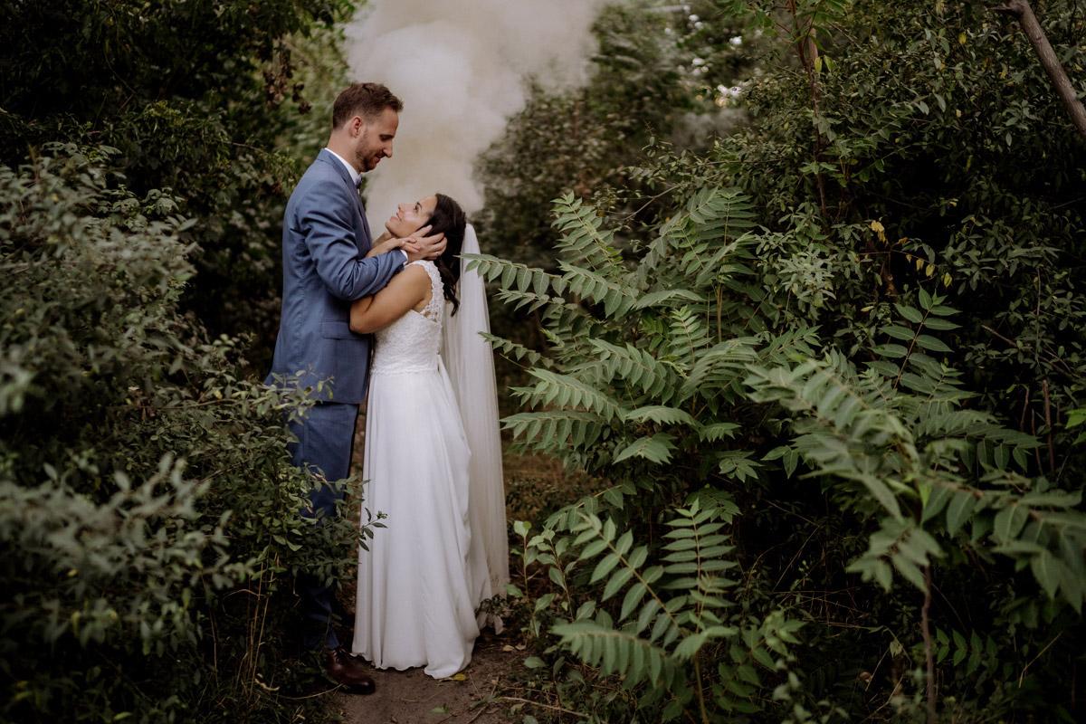 Brautpaar Fotoshooting Rauchfackel - Corona Hochzeit im von Greifswald von Hochzeitsfotograf und Hochzeitsvideograf Berlin © www.hochzeitslicht.de #hochzeitslicht