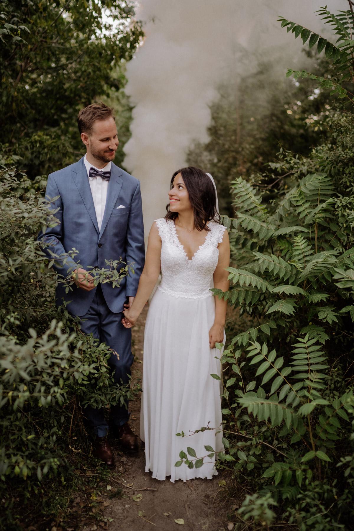 Kreative Hochzeitsfotos: Peppt euer Shooting mit Rauchfackel oder Rauchbombe auf - alle Tipps im Blog von © www.hochzeitslicht.de #hochzeitslicht #hochzeitsidee #hochzeitstipp #hochzeitsfoto