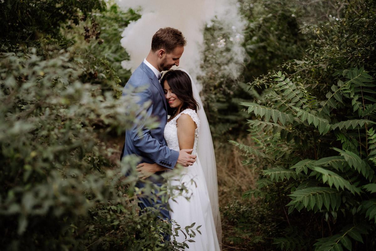 Idee Fotoshooting Brautpaar Rauchfackel - Corona Hochzeit im von Greifswald von Hochzeitsfotograf und Hochzeitsvideograf Berlin © www.hochzeitslicht.de #hochzeitslicht