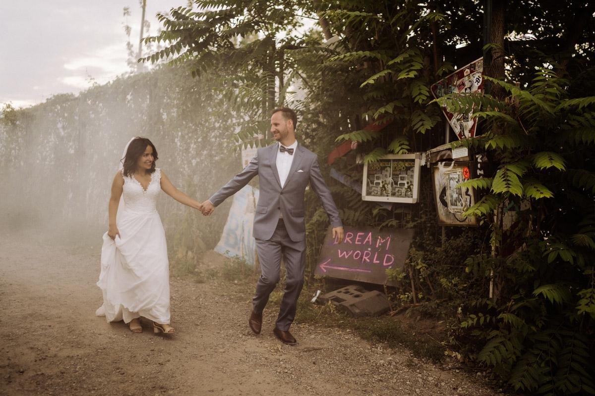 Fotoshooting Idee Brautpaar Rauchfackel - Corona Hochzeit im von Greifswald von Hochzeitsfotograf und Hochzeitsvideograf Berlin © www.hochzeitslicht.de #hochzeitslicht