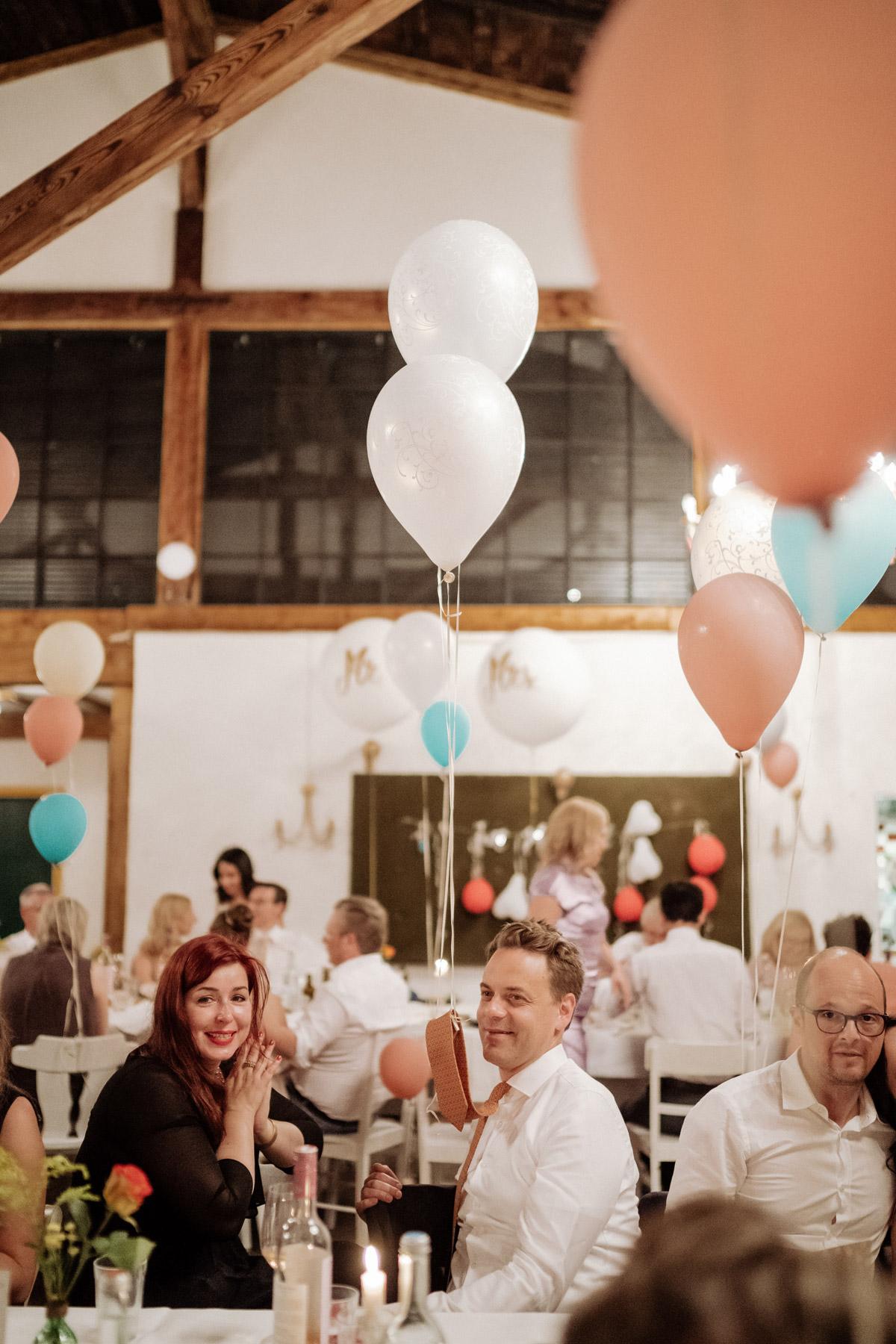 Gastgeschenke dieser Hochzeit waren personalisierte Kekse und Luftballons mit denen sich die Kinder und Hochzeitsgäste zu unterhalten wussten - Corona Hochzeit im von Greifswald von Hochzeitsfotograf und Hochzeitsvideograf Berlin © www.hochzeitslicht.de #hochzeitslicht #hochzeitsspiel