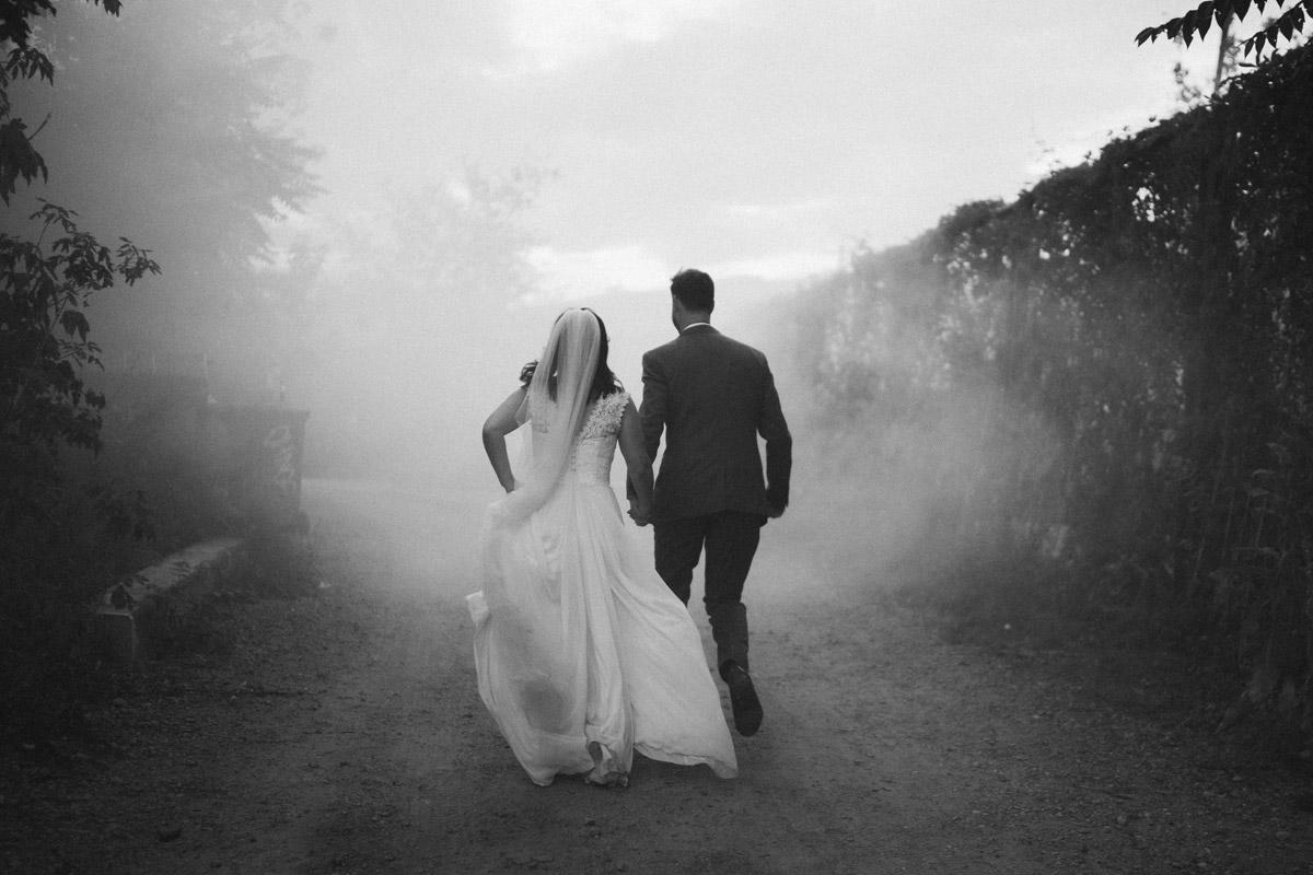 Fotoshooting Braut Bräutigam Rauchfackel - Corona Hochzeit im von Greifswald von Hochzeitsfotograf und Hochzeitsvideograf Berlin © www.hochzeitslicht.de #hochzeitslicht