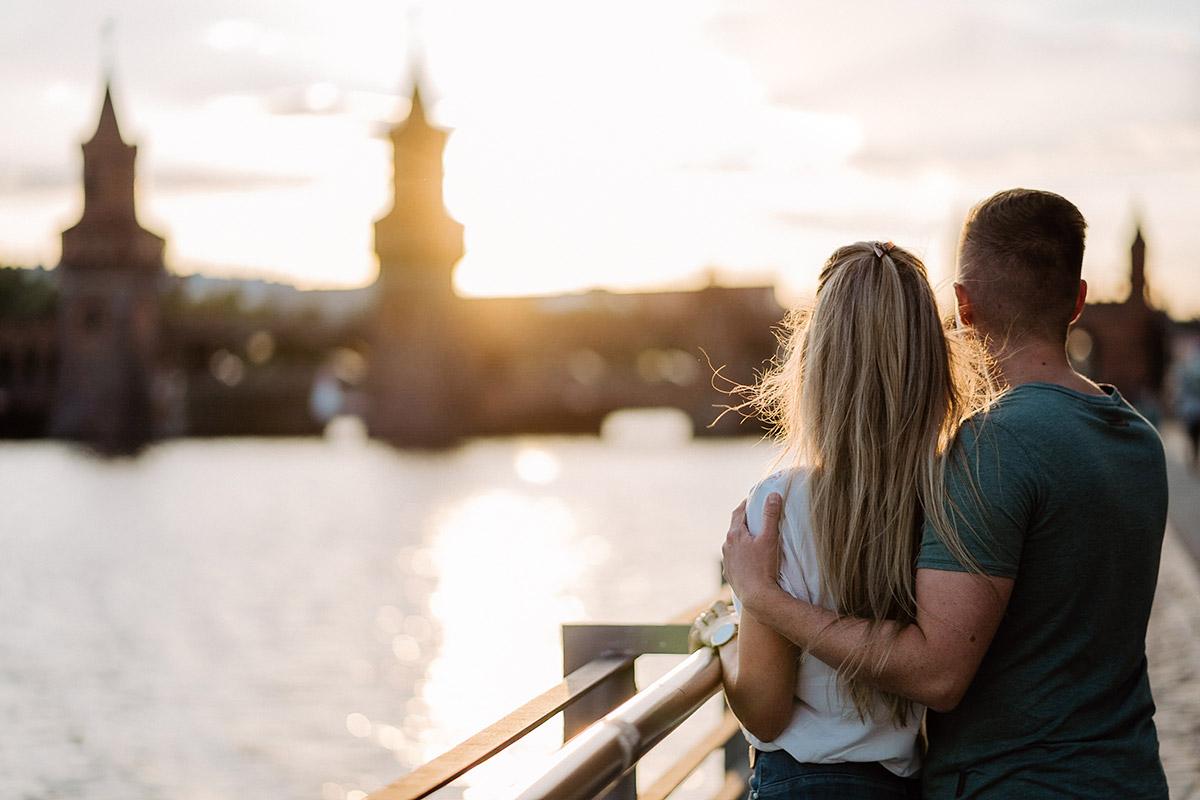 Couple Fotoshooting Sonnenuntergang Oberbaumbrücke urban Berlin am Wasser - Paarfotos Ideen draußen in der Natur von Hochzeitsfotograf Berlin © www.hochzeitslicht.de #hochzeitslicht