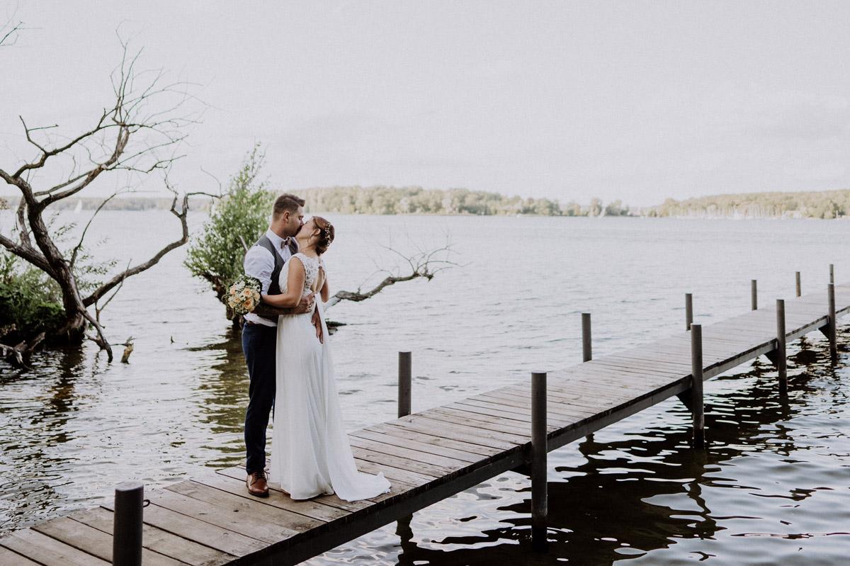 Paarfotoshooting am Wasser Hochzeit - Haus Sanssouci Hochzeit am Wasser und im Wald nach Standesamt Hochzeitsvilla Steglitz Zehlendorf © www.hochzeitslicht.de #hochzeitslicht