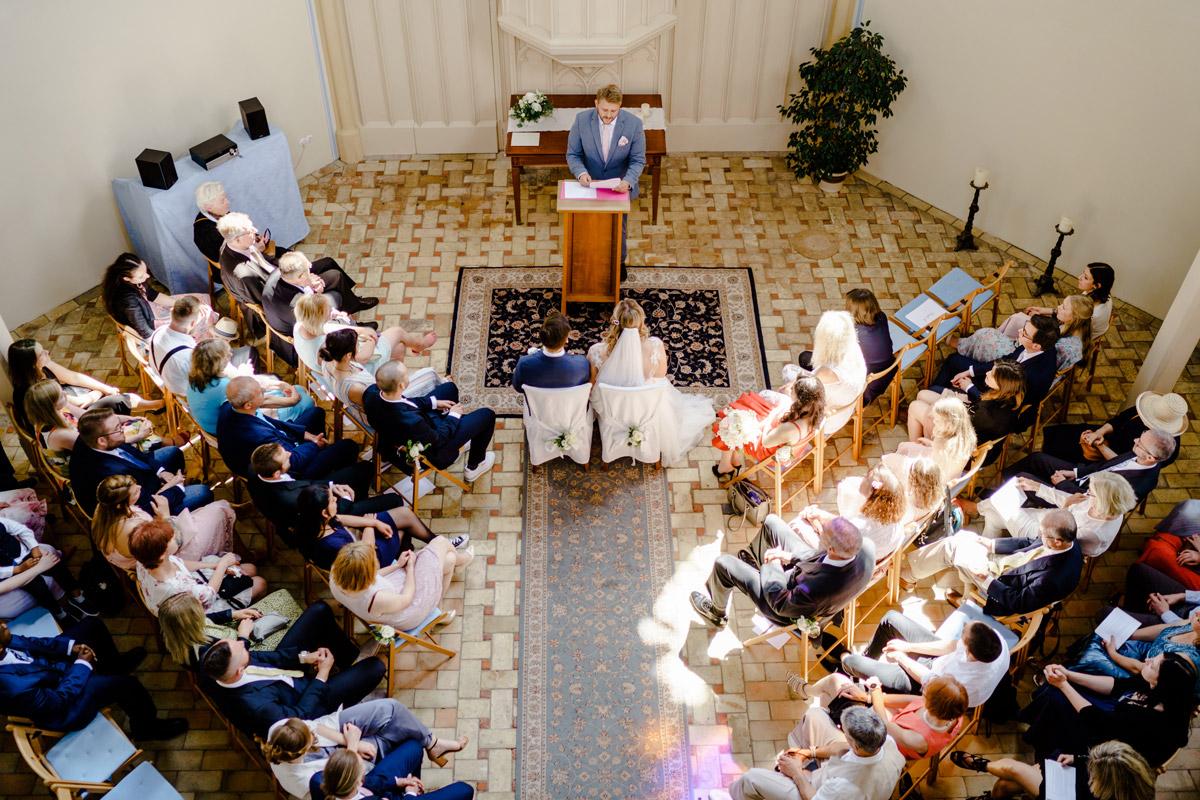 Idee Hochzeitsfoto Trauung Kirche von oben Alte Neuendorfer Kirche Potsdam - Standesamtliche Trauung in Kirche und Hochzeit im Soho House Berlin von Hochzeitsfotografin © www.hochzeitslicht.de #hochzeitslicht