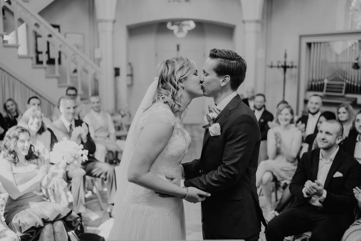 Hochzeitsfoto Braut Bräutigam Trauung Alte Neuendorfer Kirche - Standesamtliche Trauung in Kirche und Hochzeit im Soho House Berlin von Hochzeitsfotografin © www.hochzeitslicht.de #hochzeitslicht