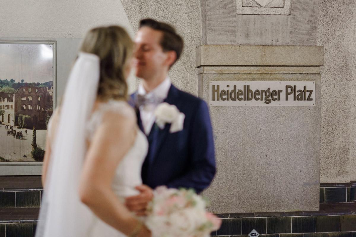 Idee Hochzeitsfoto Brautpaar U-Bahnhof Berlin - Standesamtliche Trauung in Kirche und Hochzeit im Soho House Berlin von Hochzeitsfotografin © www.hochzeitslicht.de #hochzeitslicht