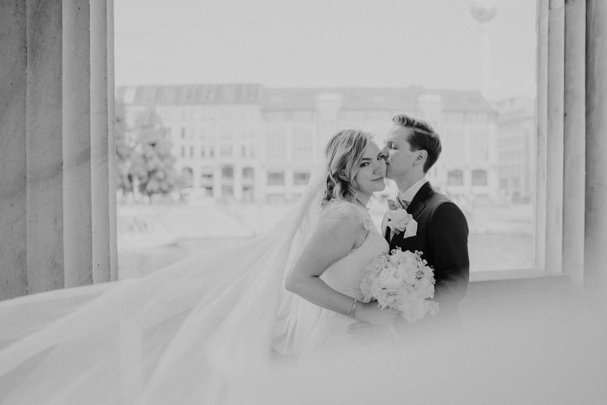 Idee Pose Fotoshooting Brautpaar langer Schleier - Standesamtliche Trauung in Kirche und Hochzeit im Soho House Berlin von Hochzeitsfotografin © www.hochzeitslicht.de #hochzeitslicht