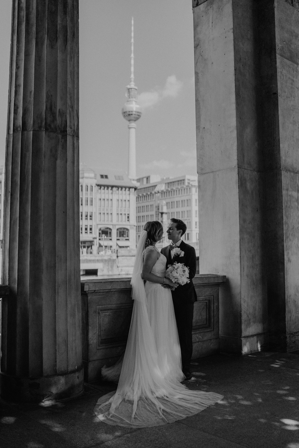 Brautpaar vor Fernsehturm Hochzeitsfoto Idee nach Standesamt Trauung in Kirche und Hochzeit im Soho House Berlin von Hochzeitsfotografin © www.hochzeitslicht.de #hochzeitslicht #brautshooting #weddingshooting