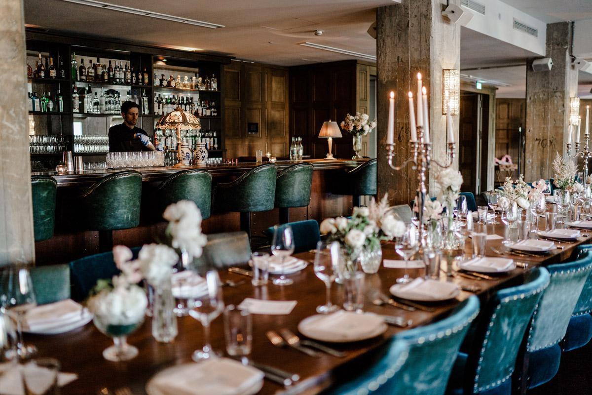 Tischdekoration Idee vintage - Standesamtliche Trauung in Kirche und Hochzeit im Soho House Berlin von Hochzeitsfotografin © www.hochzeitslicht.de #hochzeitslicht
