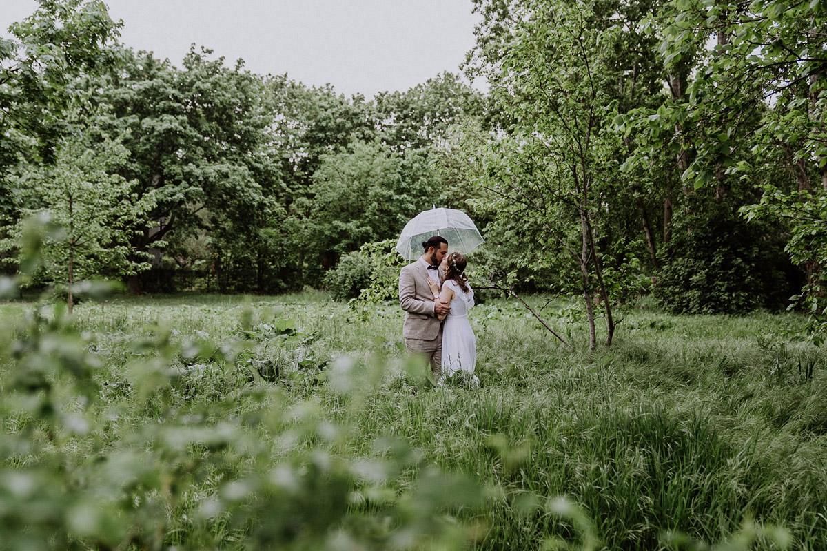 Idee Paarfotoshooting Hochzeit Regen transparenter Regenschirm - Standesamtliche Hochzeit in Berlin Neukölln bei Regen von Hochzeitsfotograf Berlin © www.hochzeitslicht.de #hochzeitslicht