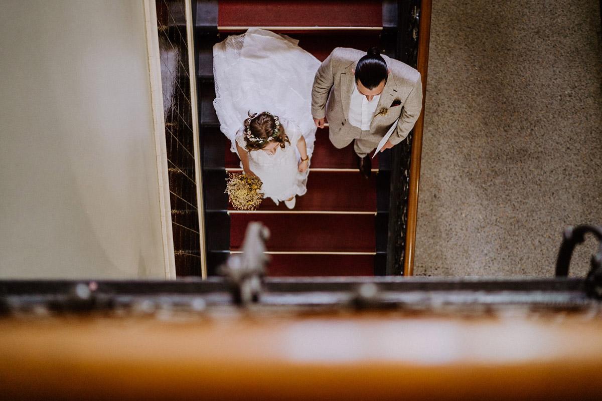 küntlerische Hochzeitsfotografie Brautpaar Treppe von oben - Standesamtliche Hochzeit in Berlin Neukölln bei Regen von Hochzeitsfotograf Berlin © www.hochzeitslicht.de #hochzeitslicht