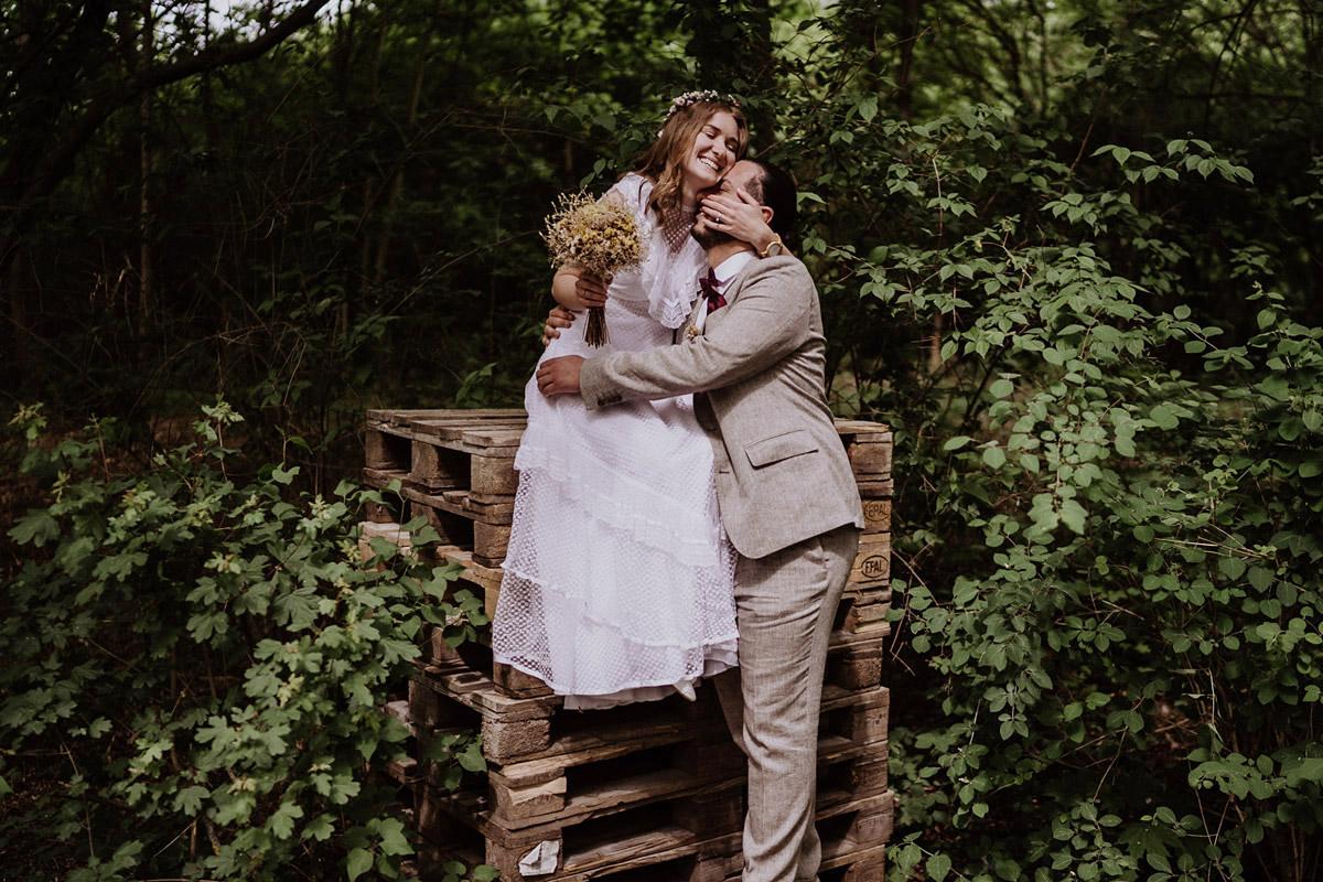 natürliche Hochzeitsfotos Braut und Bräutigam - Standesamtliche Hochzeit in Berlin Neukölln bei Regen von Hochzeitsfotograf Berlin © www.hochzeitslicht.de #hochzeitslicht