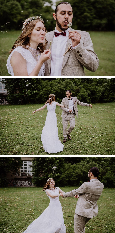 Standesamt Ideen Hochzeitsfotos im Park - Tipp für natürliche, lockere Hochzeitstfotos : bezieht als Brautpaar eure Umwelt ein, pflückt z.B. Pusteblumen oder dreht euch tanzend im Kreis, wenn euch im Regenwetter kalt wird © www.hochzeitslicht.de Hochzeitsfotograf Berlin #hochzeitslicht