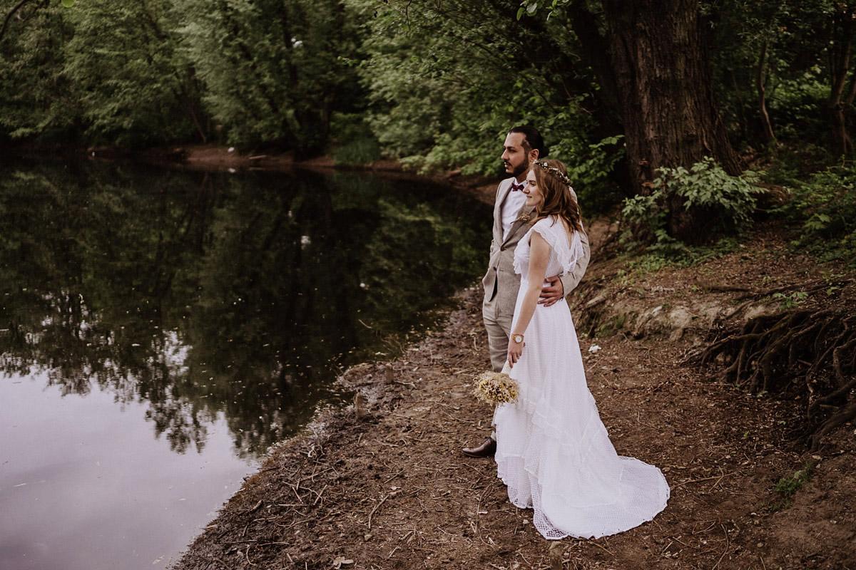 Idee Fotoshooting Brautpaar am See - Standesamtliche Hochzeit in Berlin Neukölln bei Regen von Hochzeitsfotograf Berlin © www.hochzeitslicht.de #hochzeitslicht