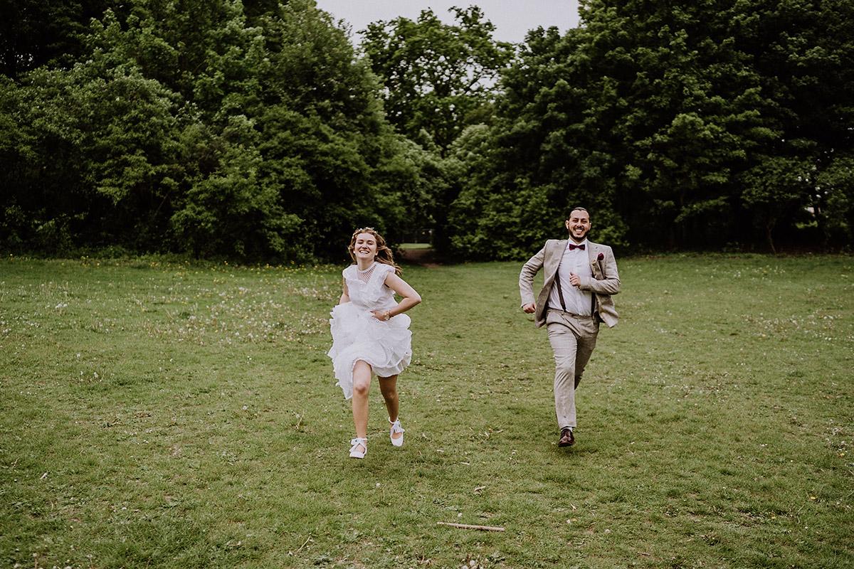 Hochzeitsfoto Idee Brautpaar Rennen - Standesamtliche Hochzeit in Berlin Neukölln bei Regen von Hochzeitsfotograf Berlin © www.hochzeitslicht.de #hochzeitslicht