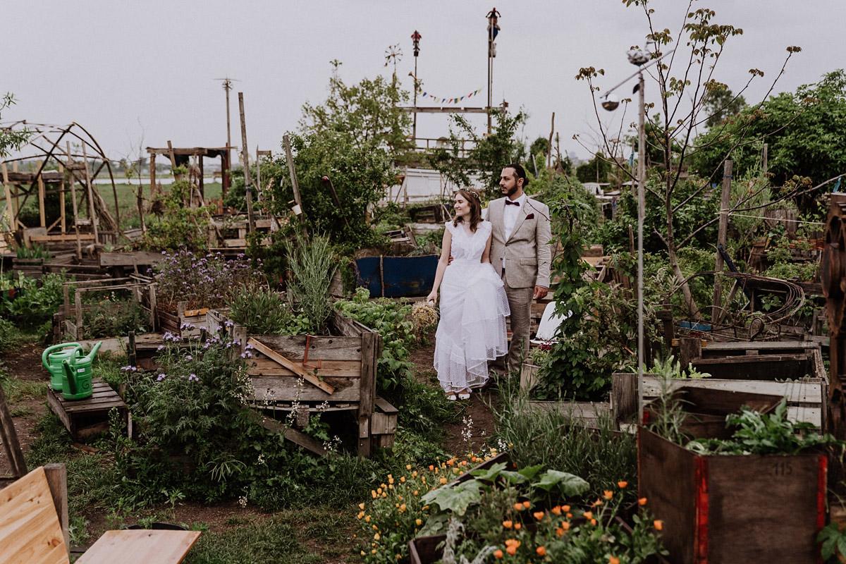 Brautpaar Fotoshooting Tempelhofer Feld - Standesamtliche Hochzeit in Berlin Neukölln bei Regen von Hochzeitsfotograf Berlin © www.hochzeitslicht.de #hochzeitslicht