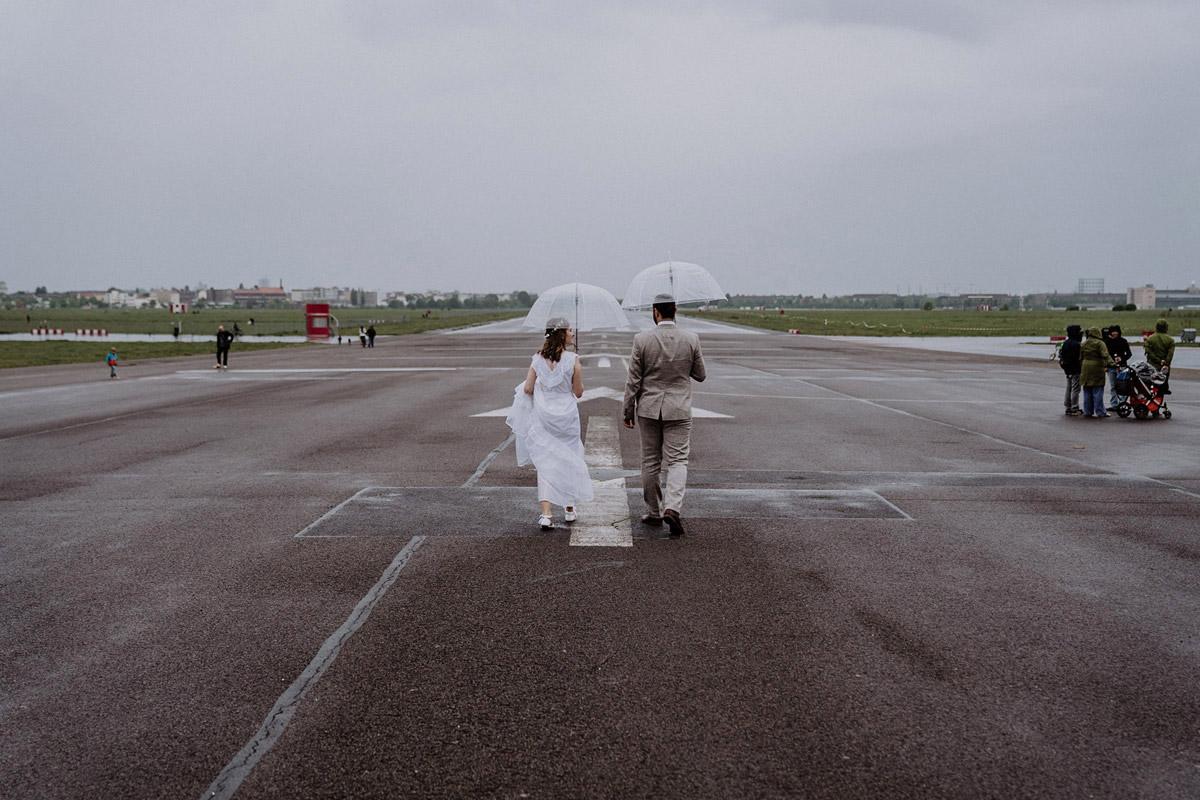 Hochzeit Regen Fotos auf dem Tempelhofer Feld von Hochzeitsfotograf Berlin © www.hochzeitslicht.de #hochzeitslicht #regenhochzeit