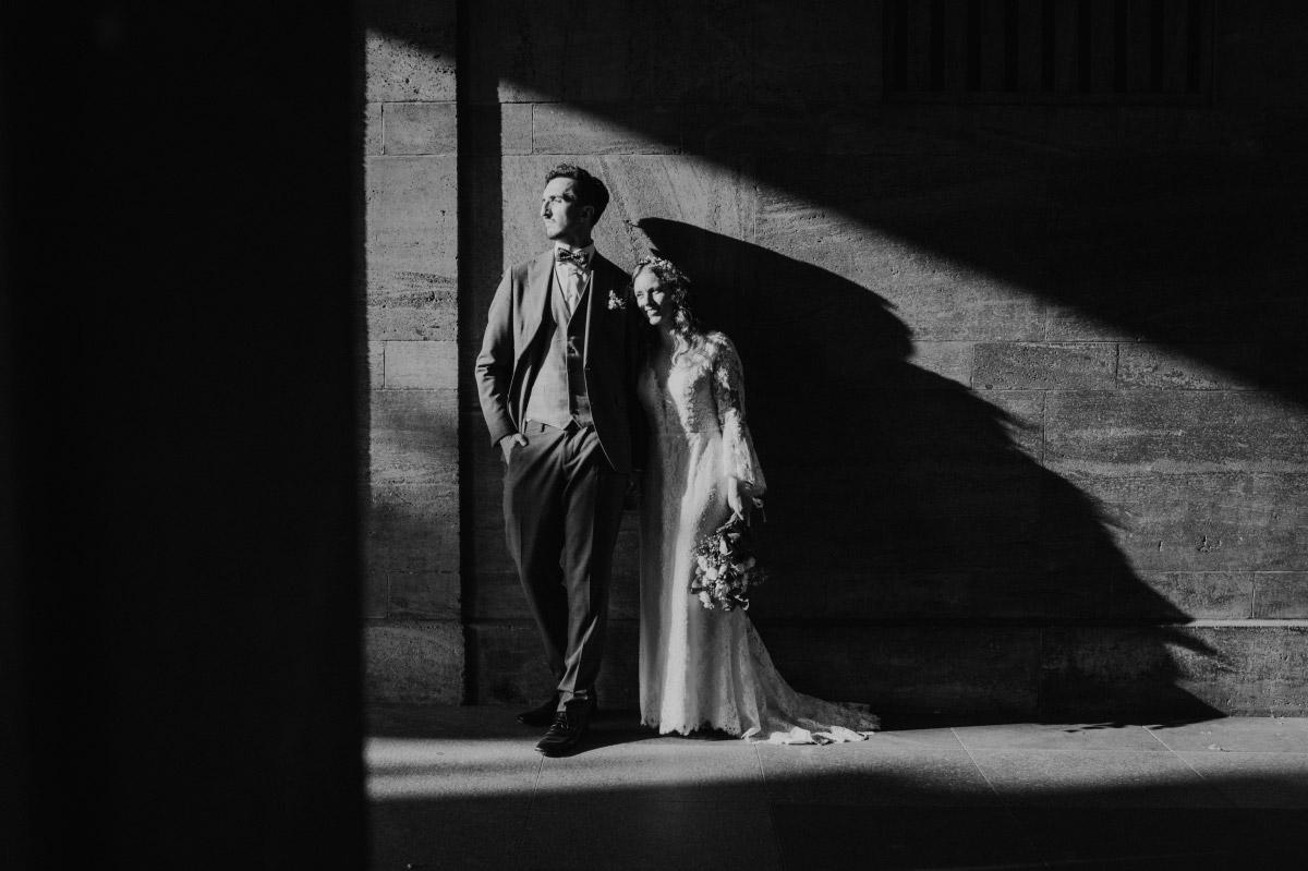 Idee Hochzeitspaarfotos künstlerisch Schatten - Corona Hochzeit im Standesamt Berlin Gärten der Welt Chinesischer Garten - mehr im Blog von Hochzeitsfotografin Berlin © www.hochzeitslicht.de #hochzeitslicht