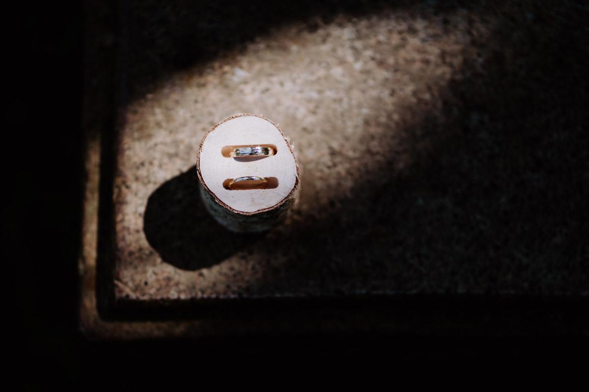 Idee Ringkissen natürlich Holz - Corona Hochzeit im Standesamt Berlin Gärten der Welt Chinesischer Garten - mehr im Blog von Hochzeitsfotografin Berlin © www.hochzeitslicht.de #hochzeitslicht