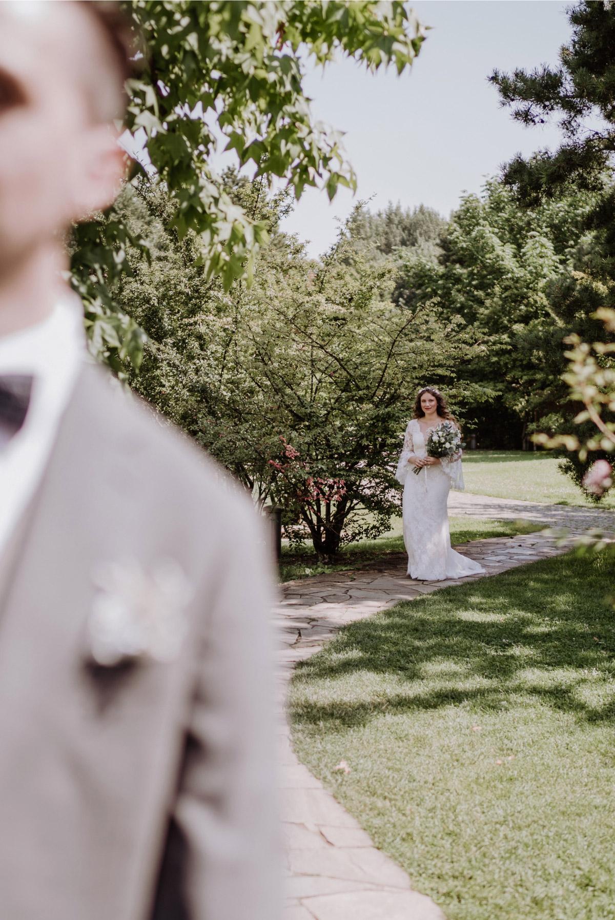 Hochzeitsfoto First Look - Corona Hochzeit im Standesamt Berlin Gärten der Welt Chinesischer Garten - mehr im Blog von Hochzeitsfotografin Berlin © www.hochzeitslicht.de #hochzeitslicht