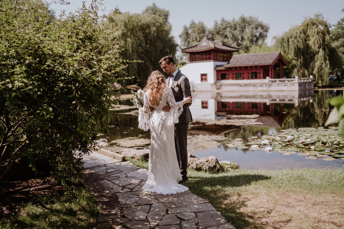Fotoshooting First Look - Corona Hochzeit im Standesamt Berlin Gärten der Welt Chinesischer Garten - mehr im Blog von Hochzeitsfotografin Berlin © www.hochzeitslicht.de #hochzeitslicht