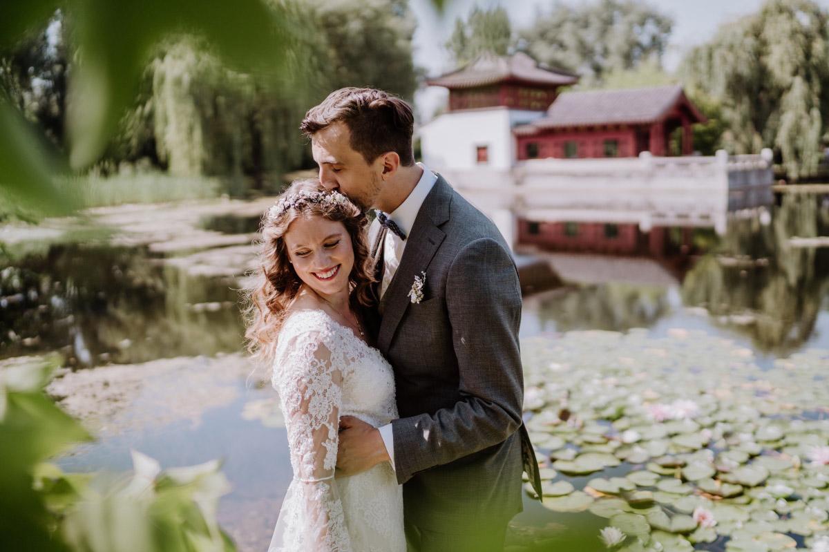 Hochzeitsfotografie First Look - Corona Hochzeit im Standesamt Berlin Gärten der Welt Chinesischer Garten - mehr im Blog von Hochzeitsfotografin Berlin © www.hochzeitslicht.de #hochzeitslicht