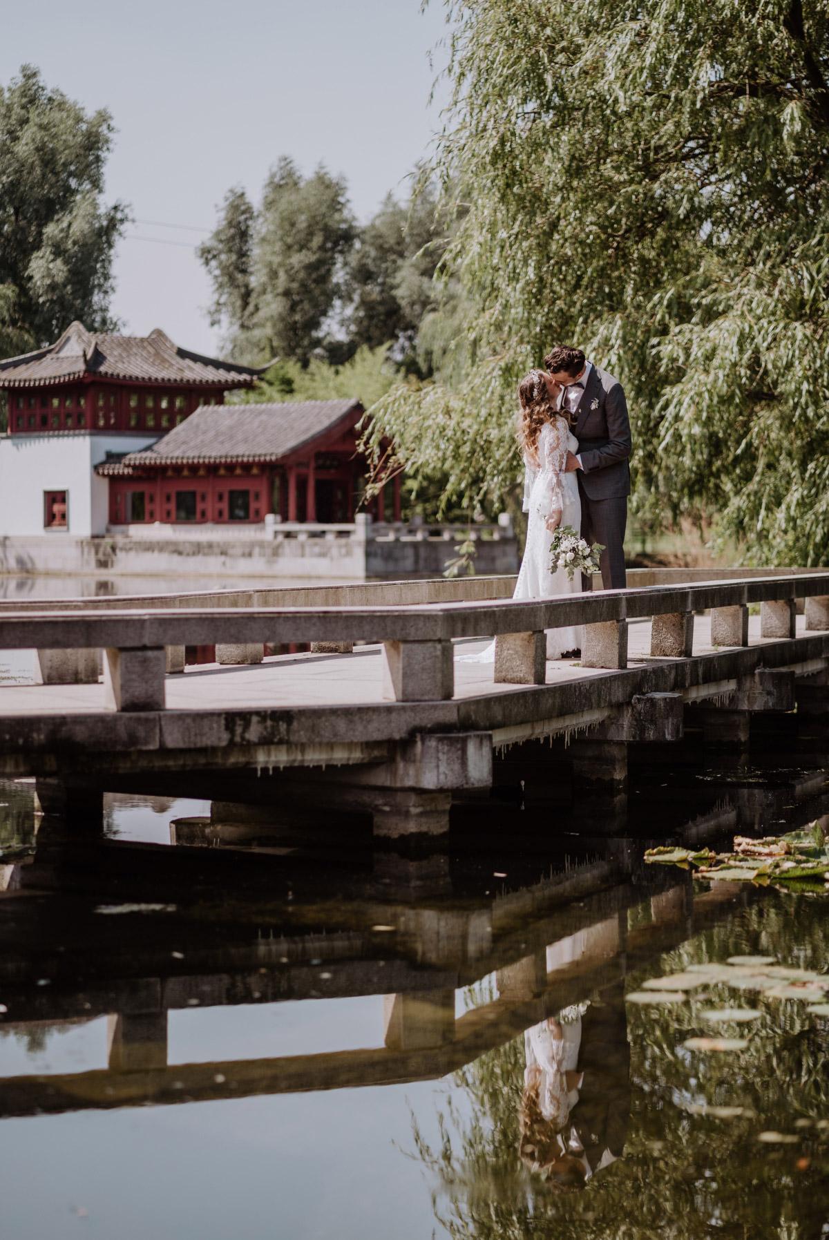 Hochzeitslocation Berlin - Corona Hochzeit im Standesamt Berlin Gärten der Welt Chinesischer Garten - mehr im Blog von Hochzeitsfotografin Berlin © www.hochzeitslicht.de #hochzeitslicht