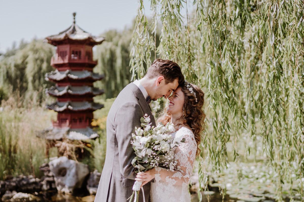 Hochzeitsfotografie Gärten der Welt - Corona Hochzeit im Standesamt Berlin Gärten der Welt Chinesischer Garten - mehr im Blog von Hochzeitsfotografin Berlin © www.hochzeitslicht.de #hochzeitslicht