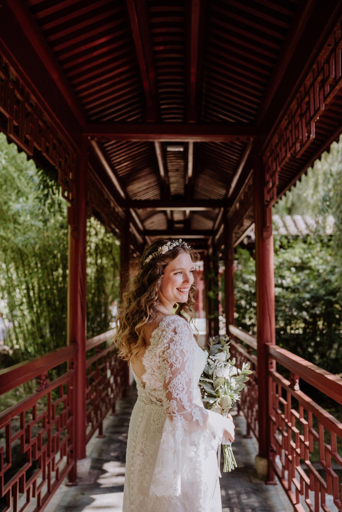 Braut Look - Corona Hochzeit im Standesamt Berlin Gärten der Welt Chinesischer Garten - mehr im Blog von Hochzeitsfotografin Berlin © www.hochzeitslicht.de #hochzeitslicht