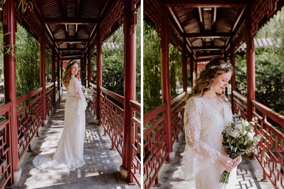Hochzeitsfotos Braut Standesamt - Corona Hochzeit im Standesamt Berlin Gärten der Welt Chinesischer Garten - mehr im Blog von Hochzeitsfotografin Berlin © www.hochzeitslicht.de #hochzeitslicht